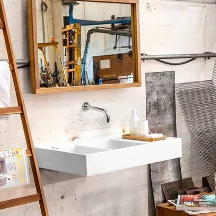 Larje lavanderi me sipërfaqe të ngurtë që përmban rezervuarin Enna